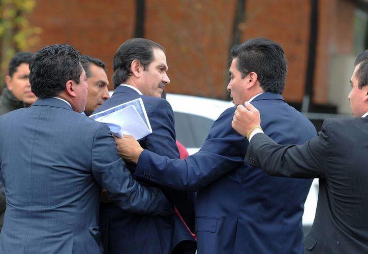 Imagen del ex gobernador de Sonora, Guillermo Padrés, al llegar a los juzgados federales del Reclusorio Oriente, escoltado por la Marina. (EFE)