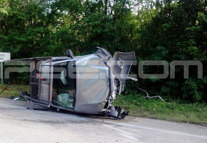 La camioneta volcó y sus pasajeros salieron despedidos, muriendo uno de ellos, en tanto que el guiador se dio a la fuga. (Fotos: SIPSE)