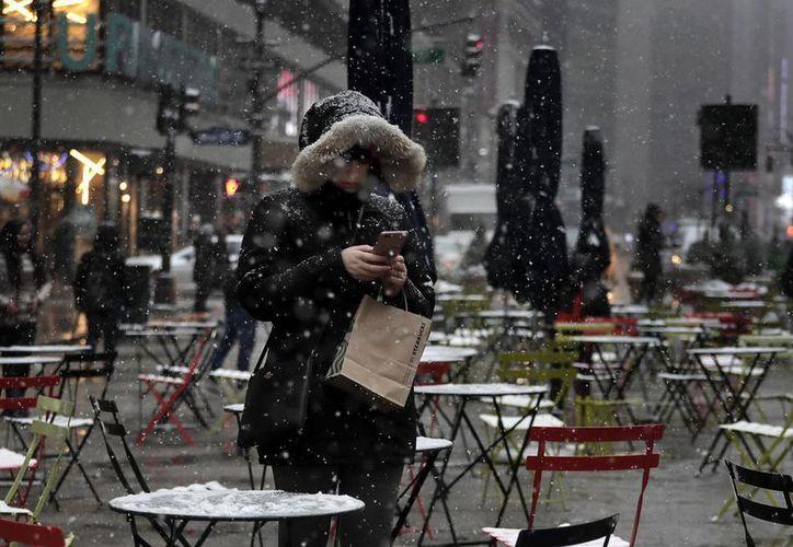 La nieve se acumula en todos lados en Nueva York. La tormenta invernal golpea con fuerza el centro del país. (AP)