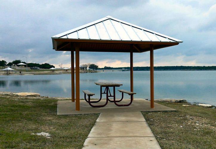 Las autoridades del parque en donde se encuentra el lago fueron quienes los encontraron. (Foto: Lone Star Chronicles).