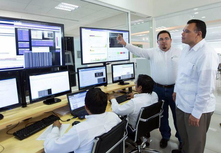 El gobernador, Rolando Zapata, visitó la compañía AiTelecom. (Milenio Novedades)