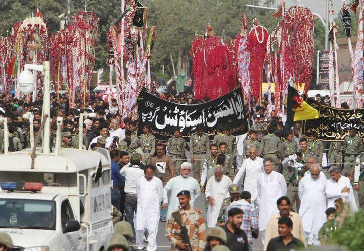 Las fuerzas de Pakistán reforzaron las medidas de seguridad en estos días en que la minoría chií realiza marchas públicas como parte de una festividad conocida como Ashoura. (AP)