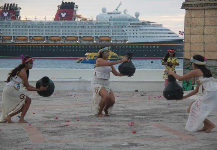 Cada jueves en la explanada de la bandera de Cozumel se realizará el espectáculo 'Atardecer Maya'. (Gustavo Villegas/SIPSE)