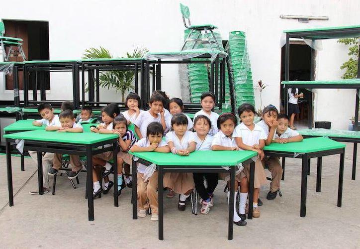 Pequeños de numerosas escuelas del Estado ya disfrutan del nuevo mobiliario. (SIPSE)
