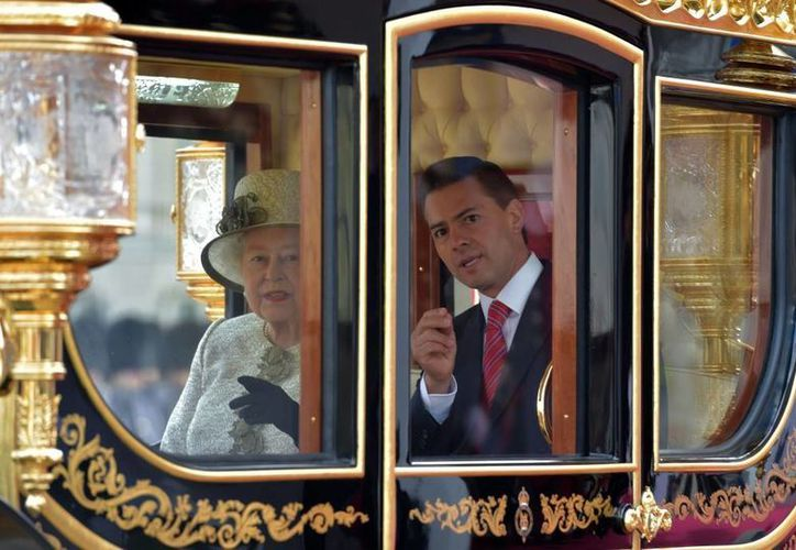 Peña Nieto visitará Canadá del 27 al 29 de junio. En la imagen le acompaña la reina Isabel II durante su viaje de Estado a Inglaterra. La monarca es también jefa del Estado canadiense. (Archivo/Agencias)