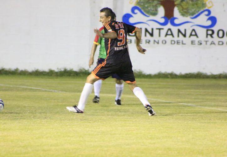 Arrollador ataque mostró Club Amistad para superar 7-2 a Constroktor. (Miguel Maldonado/SIPSE)