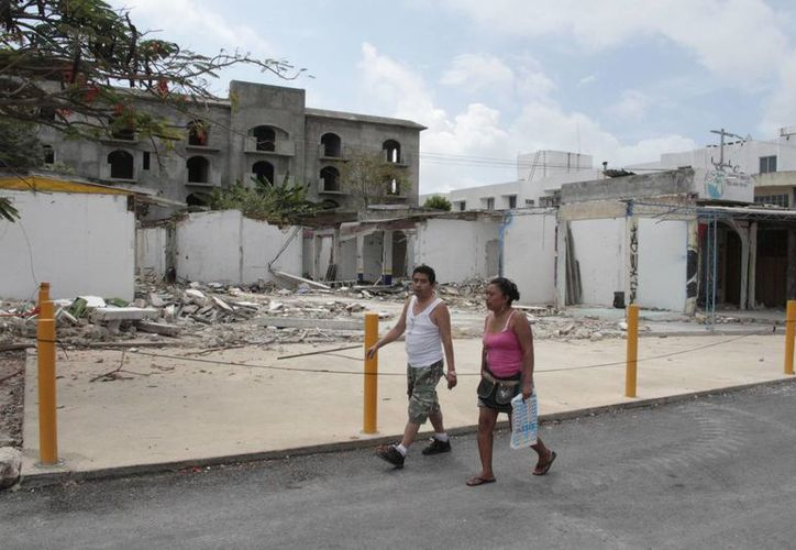 El lugar se encuentra en plena avenida Tulum, pero la construcción llevaba mucho tiempo abandonada. (Tomás Álvarez/SIPSE)
