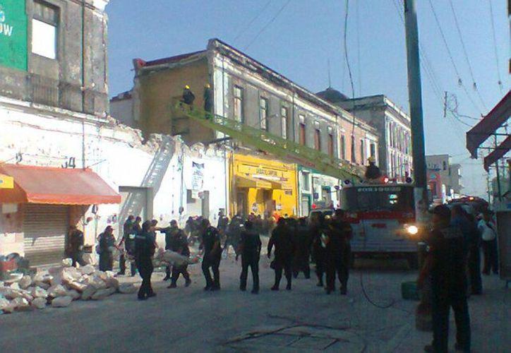 El segundo piso del vetusto predio, ubicado en la parte posterior del mercado Lucas de Gálvez, se derrumbó totalmente. (Milenio Novedades)