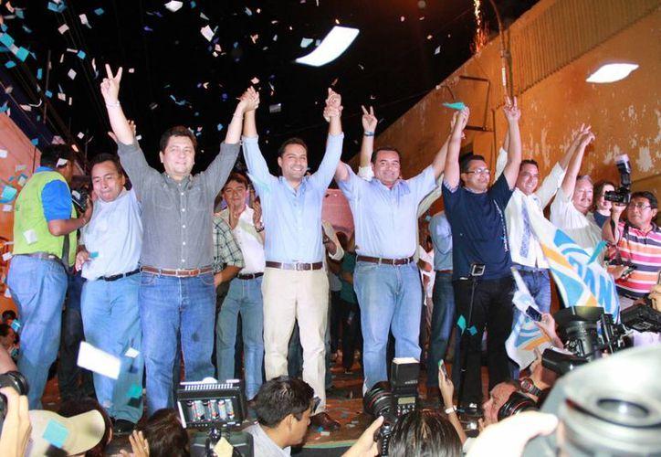 Acompañado de dirigentes panistas en Yucatán, Mauricio Vila Dosal, candidato del PAN a la alcaldía de Mérida, festeja su ventaja 'irreversible' en la elección de este domingo 7 de junio. (SIPSE)
