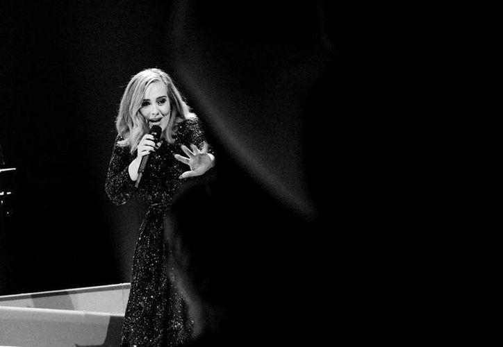 El nuevo sencillo de Adele 'Send My Love (To Your New Lover)', está producido y coescrito por los suecos Max Martin y Shellback, creadores de éxitos mundiales de Taylor Swift, Katy Perry y Britney Spears. (Facebook: Adele)