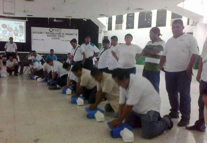 Los operadores también aprendieron sobre primeros auxilios, capacitados por el personal de la Cruz Roja delegación Cancún. (Redacción/SIPSE)