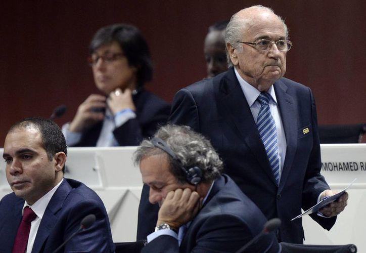 Josep Blatter, dirigente máximo de FIFA, quien sigue en el ojo del huracán por el escándalo de corrupción que azota a dicho organismo, es objeto de pruebas médicas pues padece estrés. (AP)