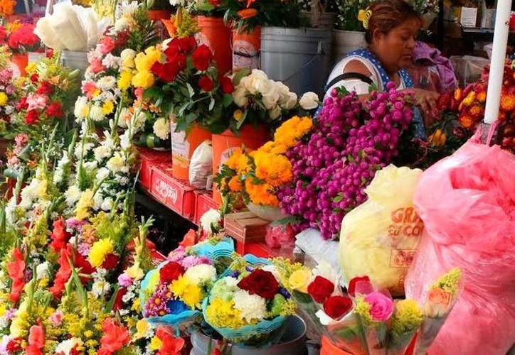 En los alrededores del mercado Lucas de Gálvez se ofrecen rosas en 25 pesos, precio unitario, mientras que semanas atrás, su costo era de 15 pesos. (SIPSE)