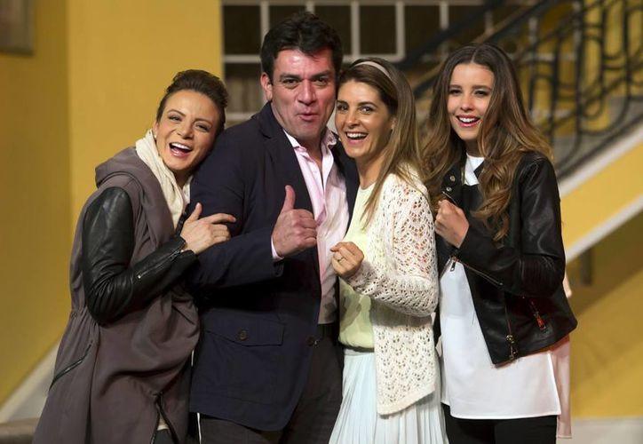 """Jorge Salinas y las actrices  Silvia Navarro, Mayrín Villanueva y Beatriz Morayra, forman """"La tropa Lascuráin"""". (Contexto/Internet)"""
