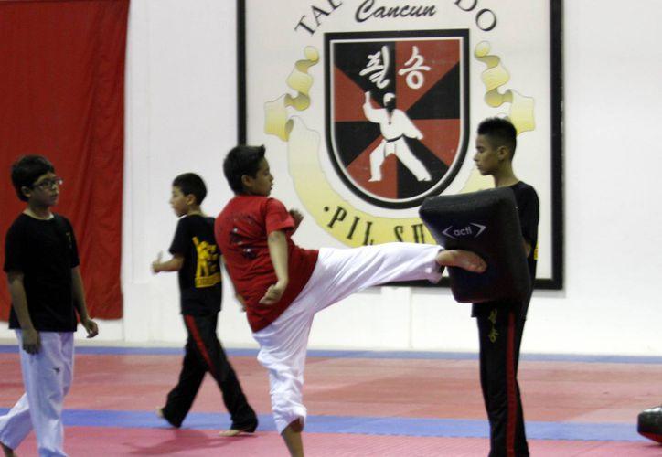 Los integrantes de la selección Pil Sung perfeccionan sus técnicas de combate con miras a sus siguientes compromisos. (Francisco Gálvez/SIPSE)