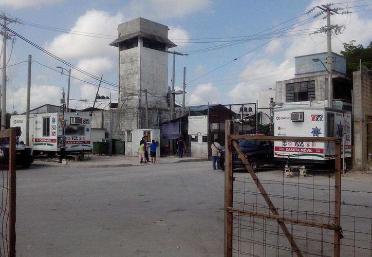 Familiares de los detenidos se encuentran en las instalaciones de la cárcel de Cancún. (Sergio Orozco/SIPSE)