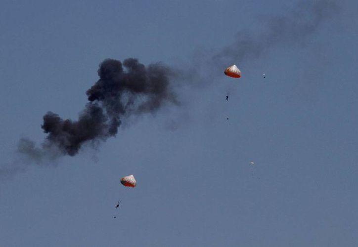 Aviones que realizaban acrobacias chocaron sus alas y se cayeron al vacío, en Malasia. (AP)