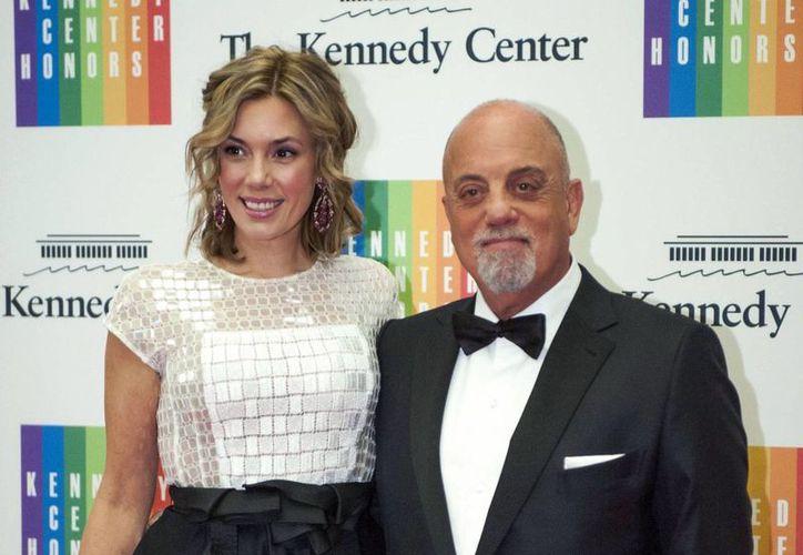 Billy Joel se casó con su novia Alexis Roderick en una ceremonia sorpresa durante la fiesta anual de la pareja por el 4 de Julio. (AP)