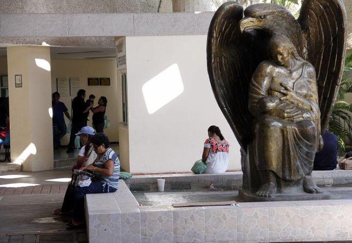 En Yucatán se generan unas 300 mil recetas al mes, de ellas seis mil se quedan sin la cobertura total. Imagen de una de las instalaciones del instituto en Mérida. (Archivo/SIPSE)