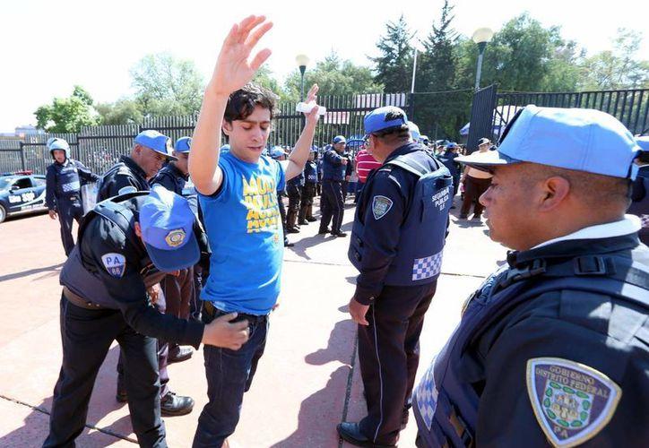 Los ciudadanos siguen pensando que existe corrupción entre los policías. (Archivo/Notimex)
