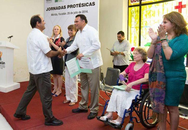 El Gobernador reconoció a los participantes de las Jornadas Protésicas, quienes lograron que 14 yucatecos recibieran una prótesis interna. (Cortesía)