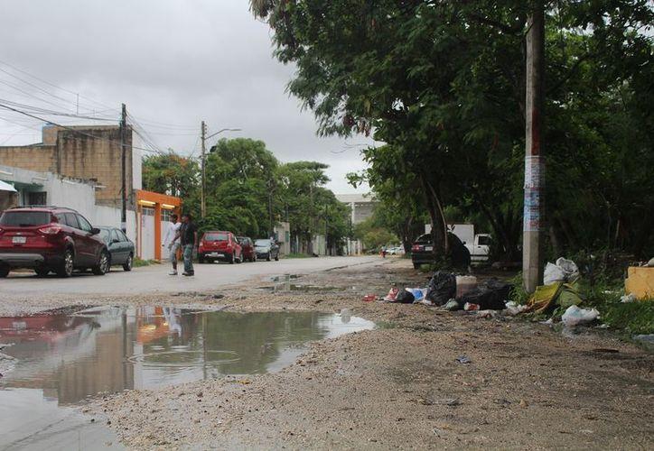 Acumulación de basura en las calles causa encharcamiento en vialidades. (Foto: SIPSE)