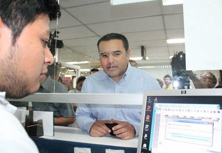 El alcalde meridano, Renán Barrera Concha, al momento de pagar impuesto predial este viernes. (SIPSE)