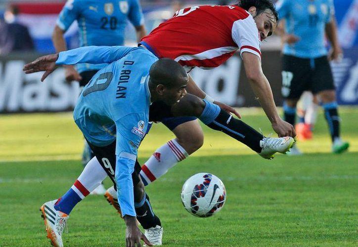 Aunque fue un partido muy disputado en medio campo, ni Paraguay ni Uruguay estaban 'dispuestos' a arriesgar. 'Pactaron' el empate y ambos se clasificaron. (AP)