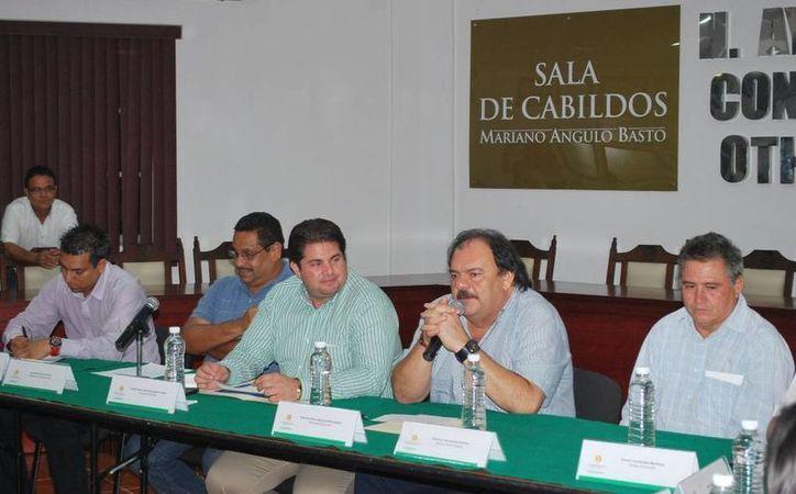 Espinosa Abuxapqui giró instrucciones a su equipo de trabajo para estar pendientes de los llamados de Protección Civil. (Cortesía/SIPSE)