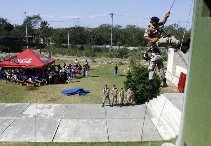 Estudiantes del Instituto Militarizado del Sureste en la demostración del descenso a rapel. (Christian Ayala/SIPSE)
