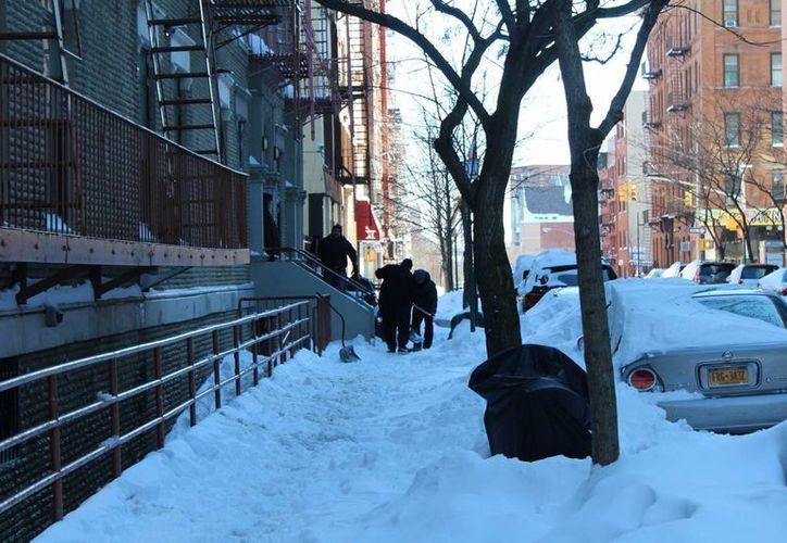 Los habitantes de Nueva York están obligados a remover toda la nieve que se acumula frente a sus casas, pero ésta tarda varios días en desaparecer. (Notimex)