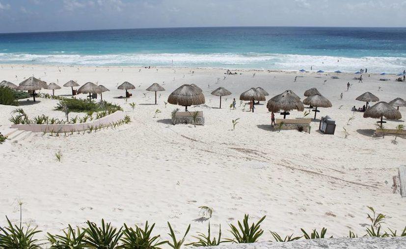 Clima agradable, agua de mar cálida e increíbles playas atraen a los turistas. (Israel Leal/SIPSE)