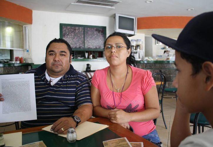 Julio Echeverría Suaste y Thania Vázquez Ayuso, padres inconformes, por el caso de su hijo expulsado de la escuela. (Yenny Gaona/SIPSE)