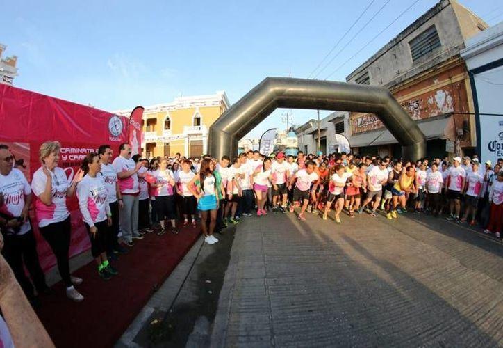 Este domingo por la mañana, el Centro Histórico de Mérida fue sede de la Carrera y Caminata por el Día Internacional de la Mujer, evento en el cual convivieron decenas de familias y atletas. (Notimex)