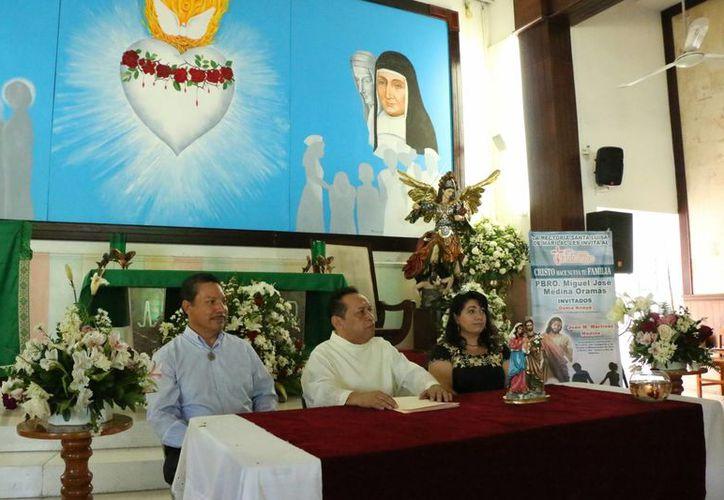 Imagen de la conferencia que de prensa que ofreció el Pbro. Miguel José Medina Oramas, acompañado del misionero laico Juan Manuel Martínez Medina y la cantante Gema Anaya Espinoza.