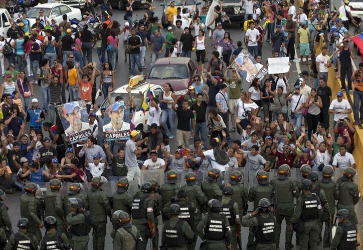 Partidarios de la oposición y estudiantes bloquearon una carretera en el barrio Altamira de Caracas. (Agencias)