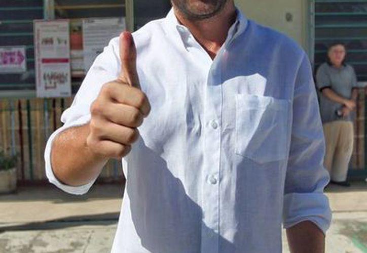 El candidato a diputado por el III distrito federal, Pablo Gamboa, muestra su pulgar con tinta indeleble tras emitir su voto.(Facebook/Pablo Gamboa Miner)
