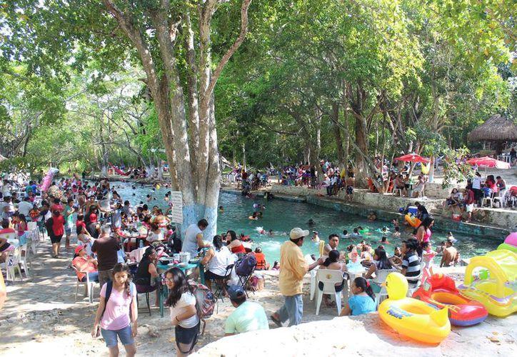 Decenas de familias abarrotaron los balnearios de la Ribera del Río Hondo este fin de semana. (Carlos Castillo/SIPSE)