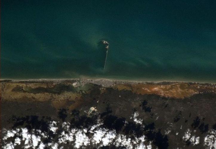 En la imagen se aprecia el Muelle Fiscal del puerto de altura de Progreso. (@Cmdr_Hadfield/Twitter.com)