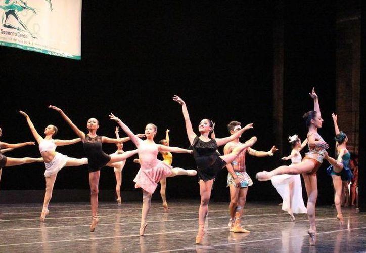 """Las participantes del V Certamen de Talentos Infantil y Juvenil """"Socorro Cerón H."""" durante una muestra en el Teatro José Peón Contreras. (Milenio Novedades)"""