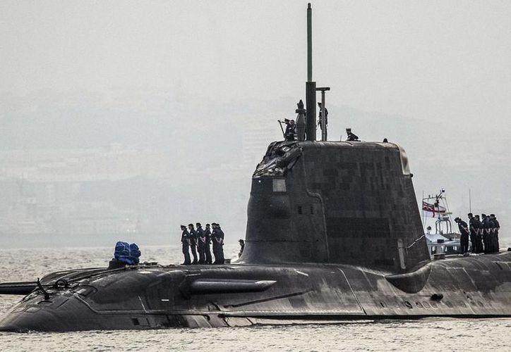 En esta foto del 20 de julio del 2016, el submarino de la armada británica HMS Ambush arriba a la Base Naval en Gibraltar, tras una leve colisión con un buque mercante. La Armada real dijo que el reactor nuclear del submarino no sufrió daños. (AP Foto/David Parody)