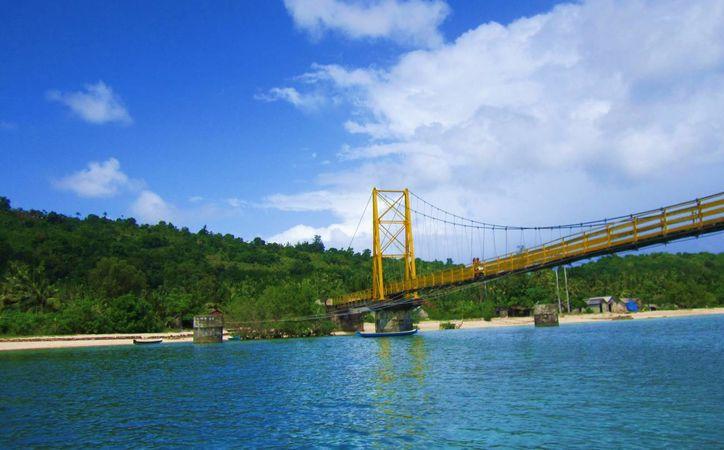 El puente que colapsó une las islas de Nusa Lembongan y Nusa Ceningan, en Bali, Indonesia. (mushroomgardenvilla.com)