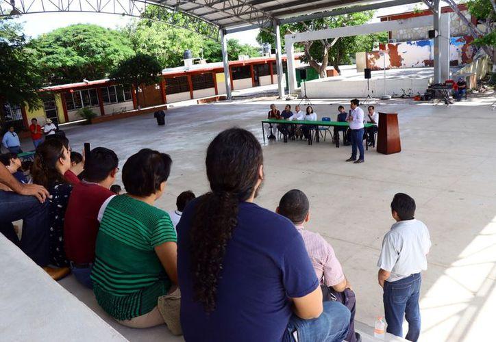 Representantes del equipo de transición escuchan a los profesores. (Jorge Acosta/Milenio Novedades)