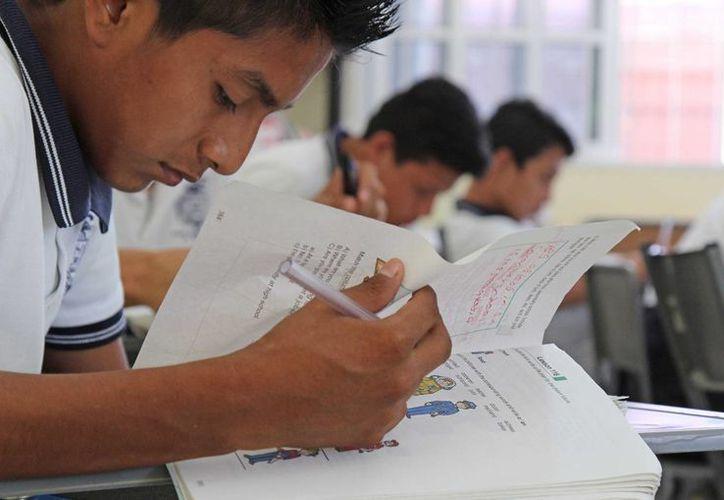 La SEyC entregó los primeros certificados de estudios digitales. (Jesús Tijerina/SIPSE)