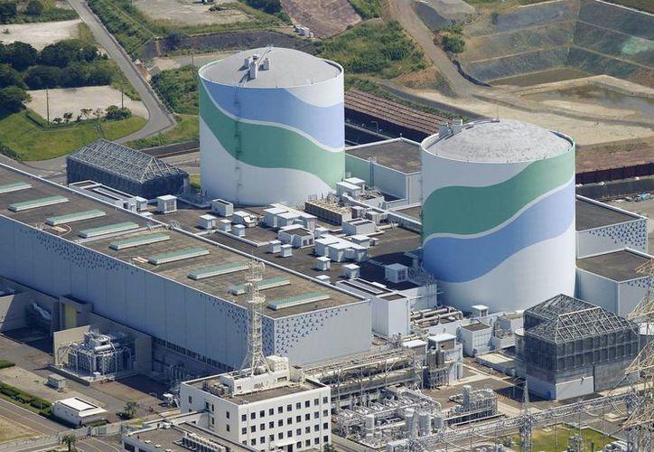 Vista aérea de los dos reactores de la planta nuclear Sendai, en Japón. La Kyushu Electric Power Company informó que este martes se reinició el reactor Número Uno (d) que comenzará a generar electricidad el viernes. (AP)