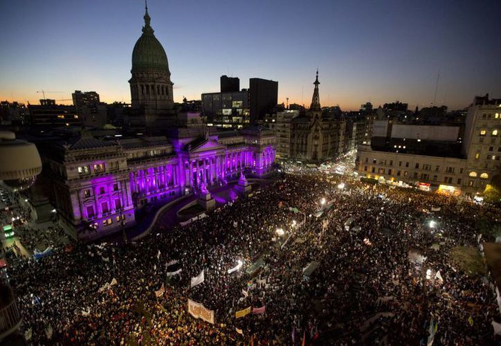 La plaza de los Dos Congresos de Buenos Aires lució repleta de manifestantes que exigieron frenar las muertes de mujeres a manos de sus parejas sentimentales. (AP)