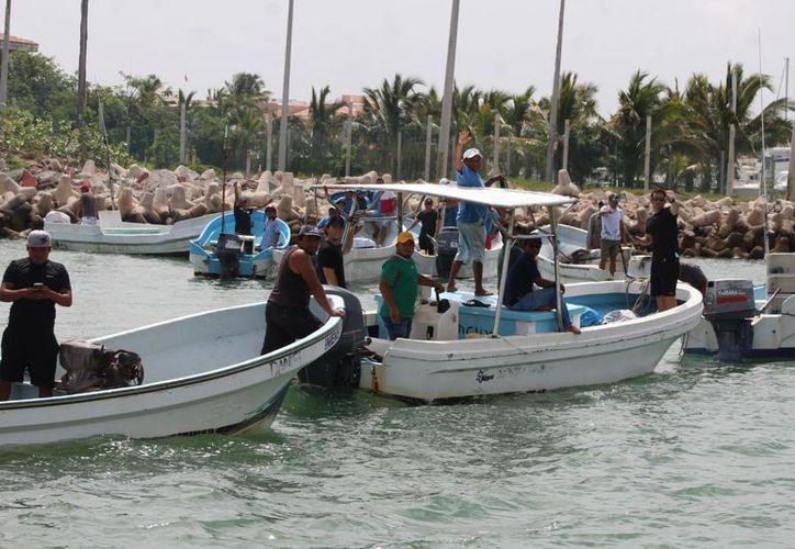 """Este fin de semana una decena de lanchas de pescadores del refugio pesquero """"La Caleta"""" protestó en contra de las autoridades por el decomiso de artes de pesca. (Gerardo Keb/ Milenio Novedades)"""