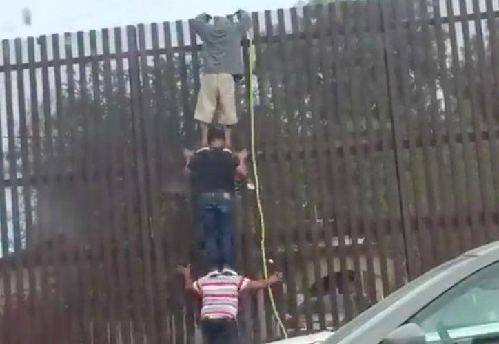 El migrante cruzó la valla y corrió rápidamente a casas vecinas. (Foto: Puente Libre)