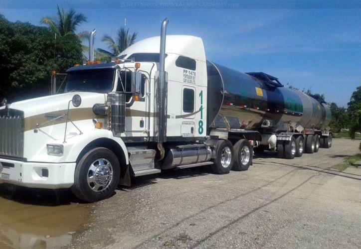 Algunos de los camiones de la empresa Petro Bajío, asegurados en Michoacán, tienen reporte de robo. (Notimex)