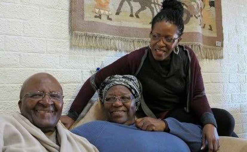 En la fotografía Desmond Tutu, de 83 años, descansa en su domicilio junto a su esposa, Leah, y su hija, Mpho Tutu, tras salir del hospital a causa de una fuerte infección. (Foto AP)